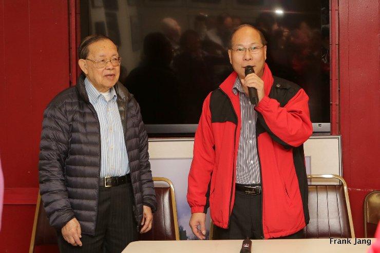 方創傑董事長(左)和新會長鄭向陽(右)主持交接典禮