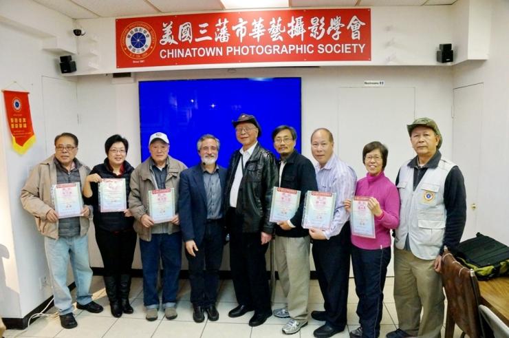 三藩市市參事佩斯金(左4)、華藝副會長胡新(左5)和沙龍主任李惠敏(右1)與「華藝2015年月賽全年總積分」冠亞季軍獲得者們合照