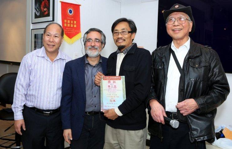 三藩市市參事佩斯金頒發「華藝2015年月賽沙龍組全年總積分」冠軍證書給黃立亞