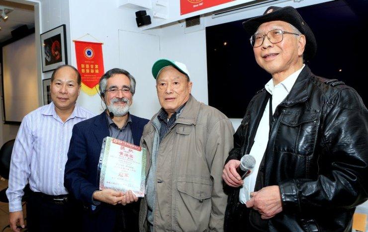 三藩市市參事佩斯金頒發「華藝2015年月賽公開組全年總積分」冠軍證書給黃煥棠