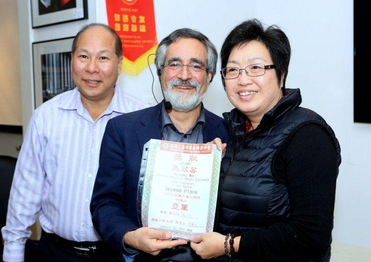 三藩市市參事佩斯金頒發「華藝2015年月賽公開組全年總積分」亞軍證書給Helena Ma