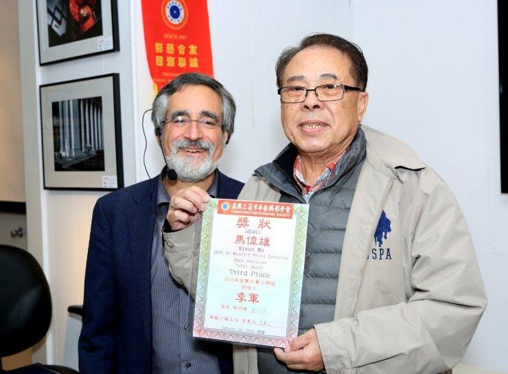 三藩市市參事佩斯金頒發「華藝2015年月賽公開組全年總積分」季軍證書給Wyman Ma